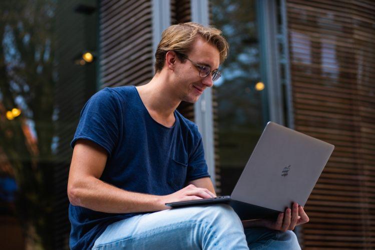 Mann am Laptop saniert kontaktlos