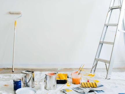 Malerarbeiten an einer Wand