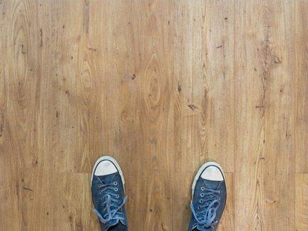 Holzboden mit Schuhen