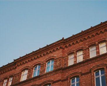 Backsteinhaus und Himmel