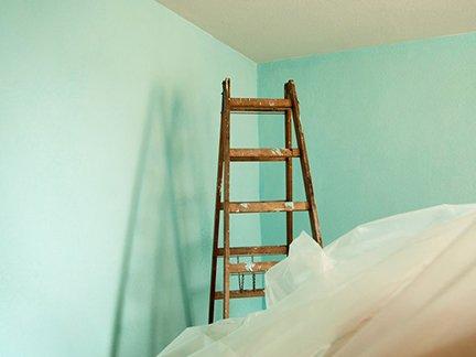 Leiter vor Wand